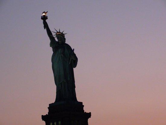 World Yacht : La statua della libertà al tramonto