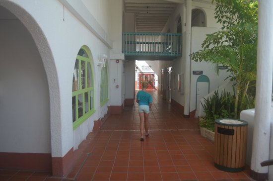 Jolly Beach Resort & Spa: walkway past gift shop, games room, casino, toward buffet