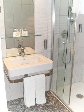 Novum Winters Hotel Checkpoint Charlie: Wachbecken und Dusche