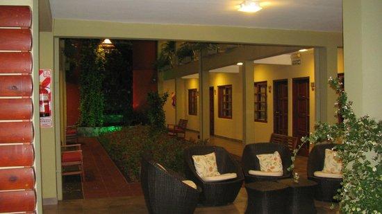Hotel Jardín de Iguazú: Pasillo de habitaciones de abajo de noche