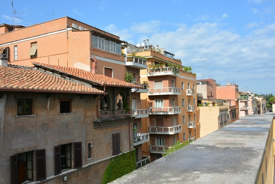 Capo d'Africa Hotel: view from the roof to the street Capo d'Africa