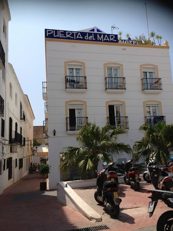 Hotel Puerta del Mar: Hotel from the square (where we parked the car)