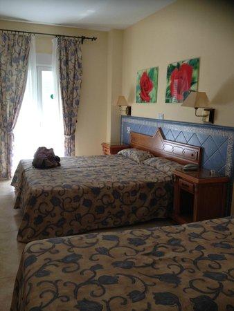 Hotel Puerta del Mar : Spacious triple room