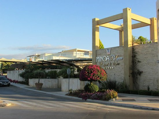 Minoa Palace Resort: Arriving at the hotel.