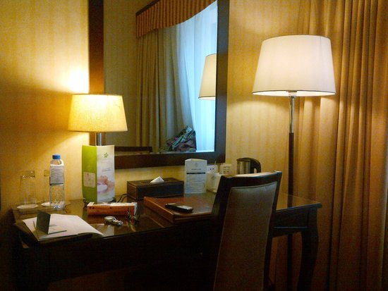 Flora Grand Hotel: Desk in one of the rooms- King