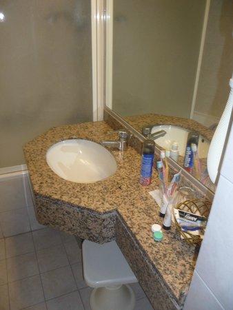 Belair Beach Hotel: ванная