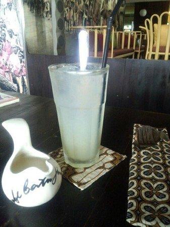 Cafe Batu Jimbar: ライムジュース!添えられたシロップが砂糖っぽくなく美味しい!日本にはない爽やかドリンクでした。