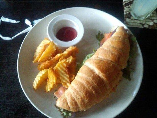 Cafe Batu Jimbar: croissantサンドイッチ!中身はスモークサーモンと紫キャベツ。 添えられたポテト!揚げてあるようでした。とっても美味しいです。