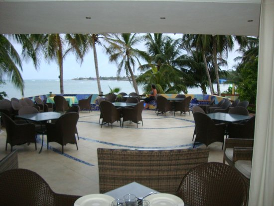 Cocoplum Beach Hotel : comedor externo