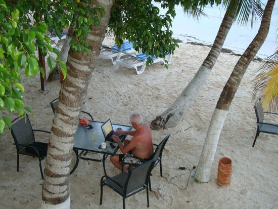 Cocoplum Beach Hotel : en la playa con wi-fi