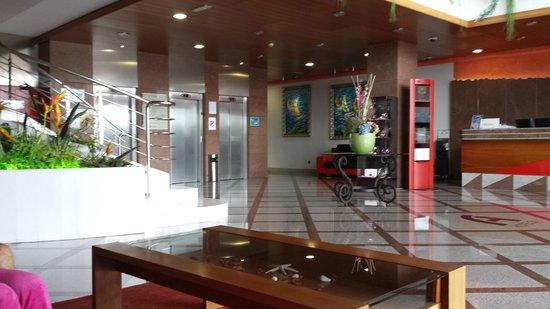 FrontAir Congress: Eingangsbereich des Hotels mit Blick zu den Lifts