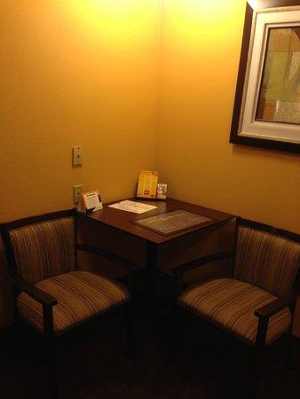 Best Western Plus Vermilion River Suites Hotel : Eating area in suite