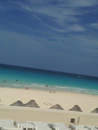 Park Royal Cancun: Beach outside hotel