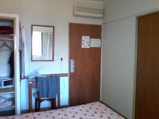 Hotel Milan : habitaciones con mesa con silla, ropero, cofre de seguridad, tv plana con cable , secador de cab