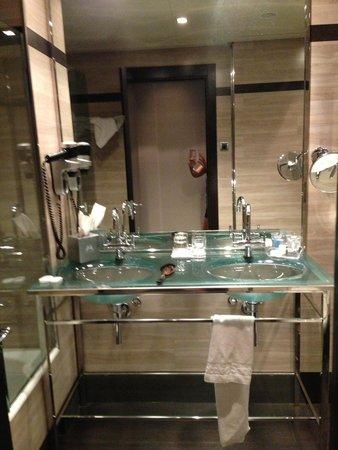 Maydrit Hotel: El lavabo. Estan echo de cristal. Al laso esta la bañera.