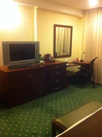 Crowne Plaza Maruma Hotel & Casino : Tv y escritorio