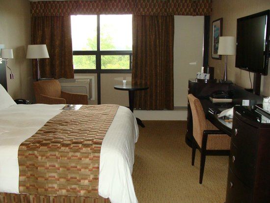 Clarenville Inn: Spacious Room with nice view