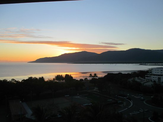 Rydges Esplanade Resort Cairns: Sunrise from an ocean view room