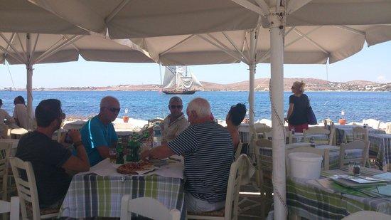 Plaza Mythos Paros: Mεσημεριανο ουζάκι δίπλα στη θαλασσα