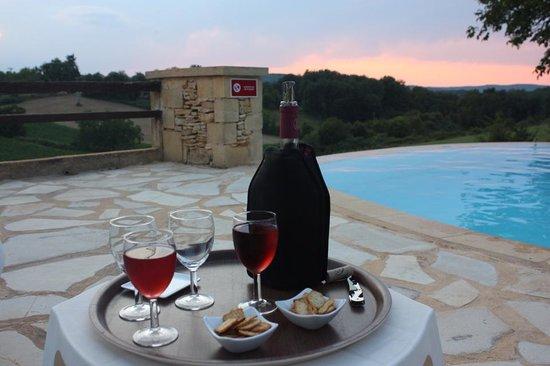 Hotel de la Ferme Lamy : Some wine by the pool