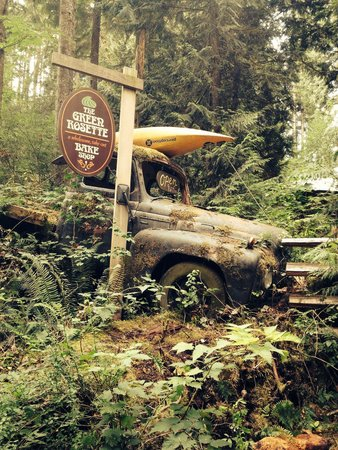 Skookumchuck  Bakery & Cafe : Old truck at the entrance to the coffee shop/bakery.