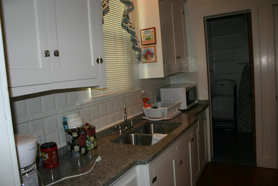 Peach Tree Inn & Suites: Blue House 'D' Kitchen