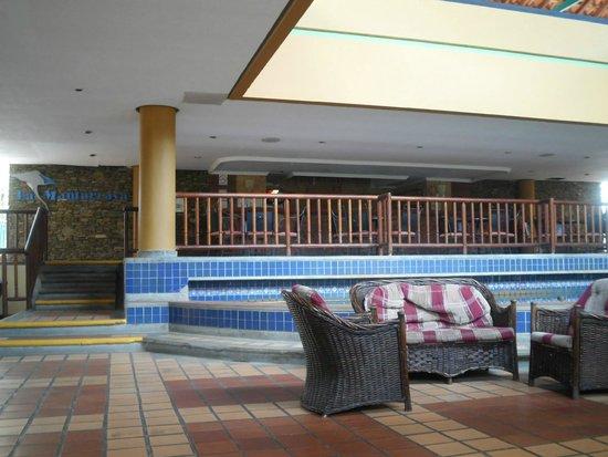Dunes Hotel & Beach Resort: Manta Ray Bar (Lobby Bar)
