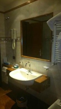Hotel Genova: BAÑO HABITACION