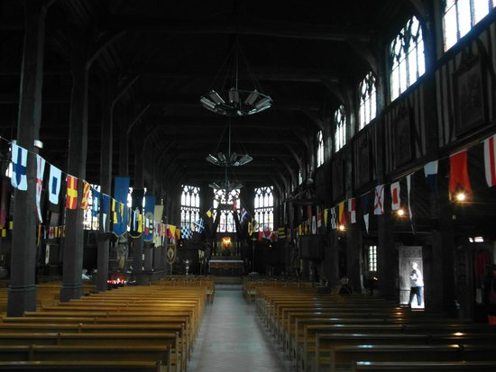 Kirche der hlg. Katharina: Una delle due navate parallele con le bandiere nautiche