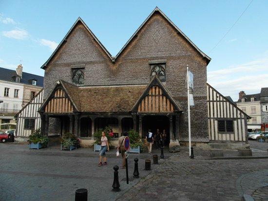 Église Sainte-Catherine : La facciata con i due accessi alle due navate