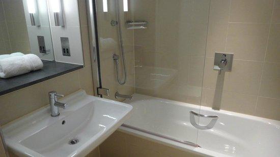 The Nadler Liverpool : bathroom bathtub!!