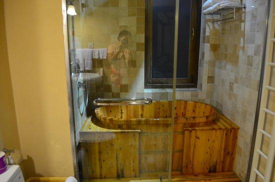 Red Wall Garden Hotel: Soaker tub