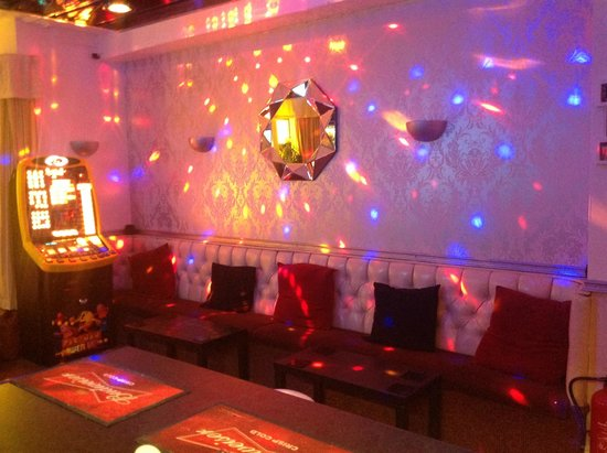 The Peerless Hotel: Our Bar by Night