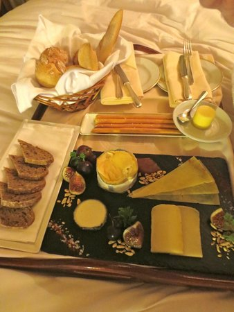 Fortaleza do Guincho : our gorgeous cheese platter from room service