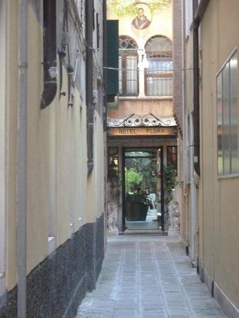 Hotel Flora, Entrée