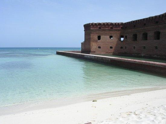 Sunny Days Catamarans : Il forte visto dalla spiaggia