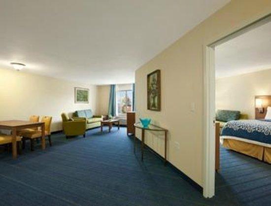 Days Inn & Suites Altoona: Suite