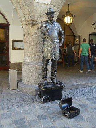 """Hofbrauhaus Munchen: Вход """"под охраной"""""""