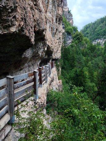Pineta Naturamente Hotels: Percorso nella montagna verso San Romedio