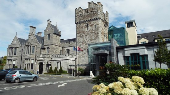 Clontarf Castle Hotel: Front of Clontarf Castle / Hotel
