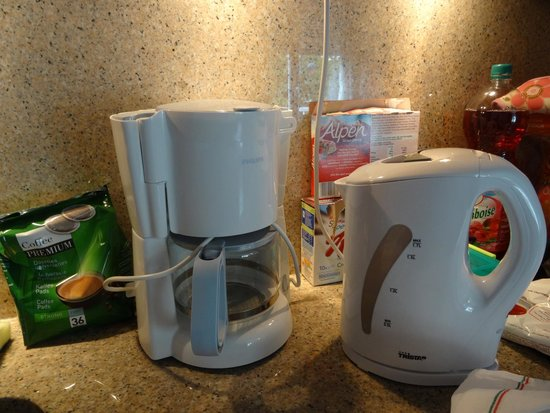 Residhome Val d'Europe: Full size  kettle & Coffee maker