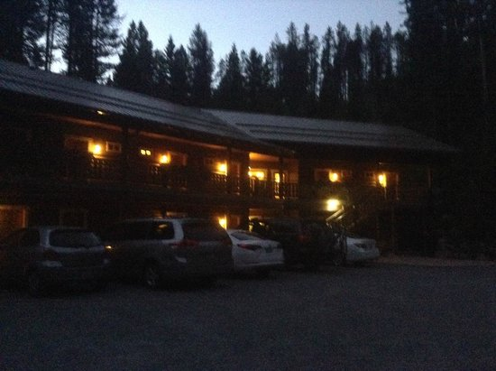 Glacier Guides Lodge: Lodge at night