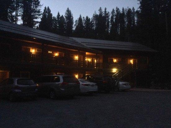 Glacier Guides Lodge : The Lodge at night
