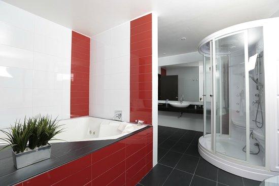 Suites 108: Baño de la suite presidencial con jacuzzi y cabina de chorros auto dirigibles y sauna.