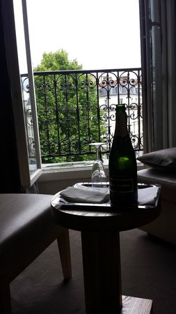 Hotel Marceau Champs Elysees : Champagne waiting for us in our room