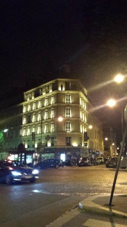 Hotel Marceau Champs Elysees : The hotel at night