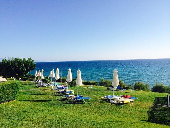 SENTIDO Louis Plagos Beach: Пляж отеля (на газоне)