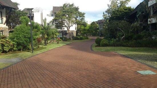 Anahita Golf & Spa Resort: Walk way between villas