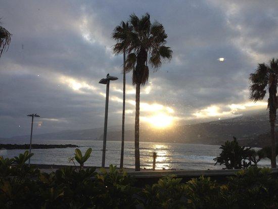 H10 Tenerife Playa: vista dal ristorante dell'albergo