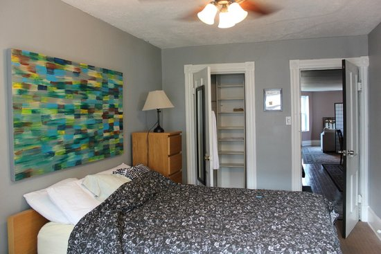 Meridian Manor Bed and Breakfast : Grey Room